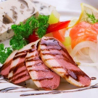 鴨胸肉のロースト シェフのサラダ仕立て