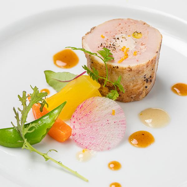 フォアグラを巻いた鶏もも肉のガランティーヌ ソースガストリック
